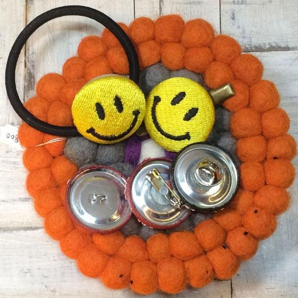 スマイル刺繍くるみボタンのアレンジサンプル