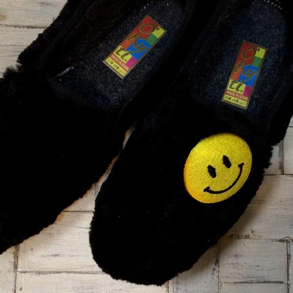 スマイル刺繍くるみボタンXLサイズを靴に取り付け