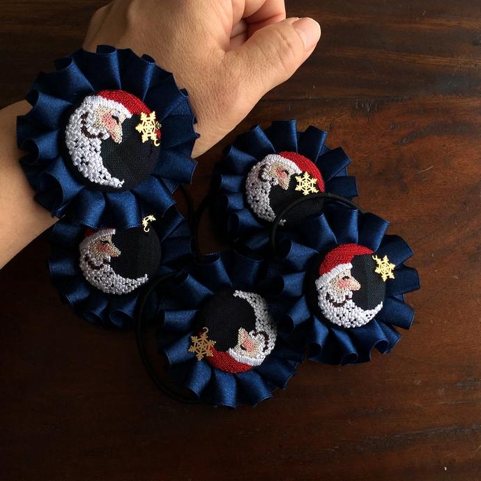 サンタムーン刺繍のロゼットヘアゴムハンド