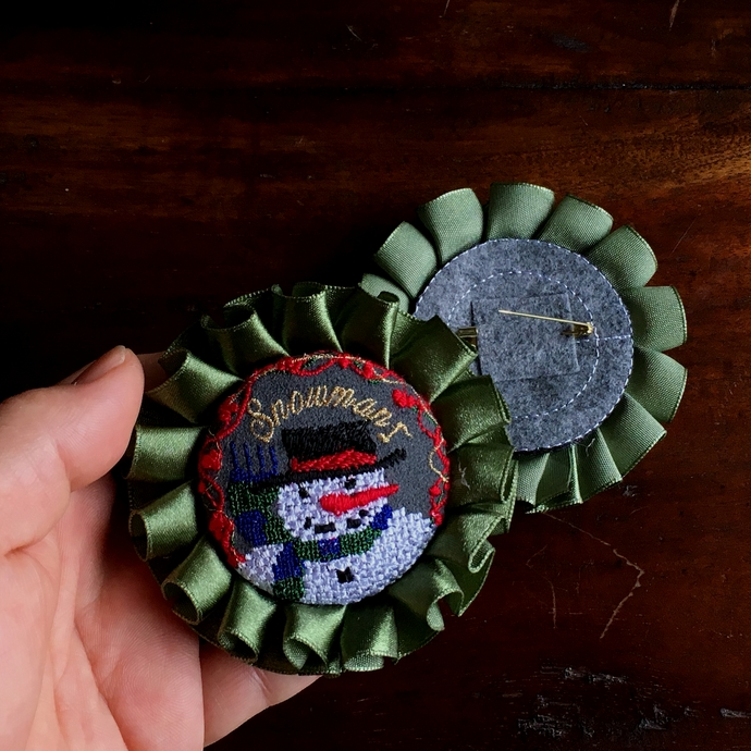 スノーマンスマイル刺繍ロゼットブローチ48背面加工ハンド
