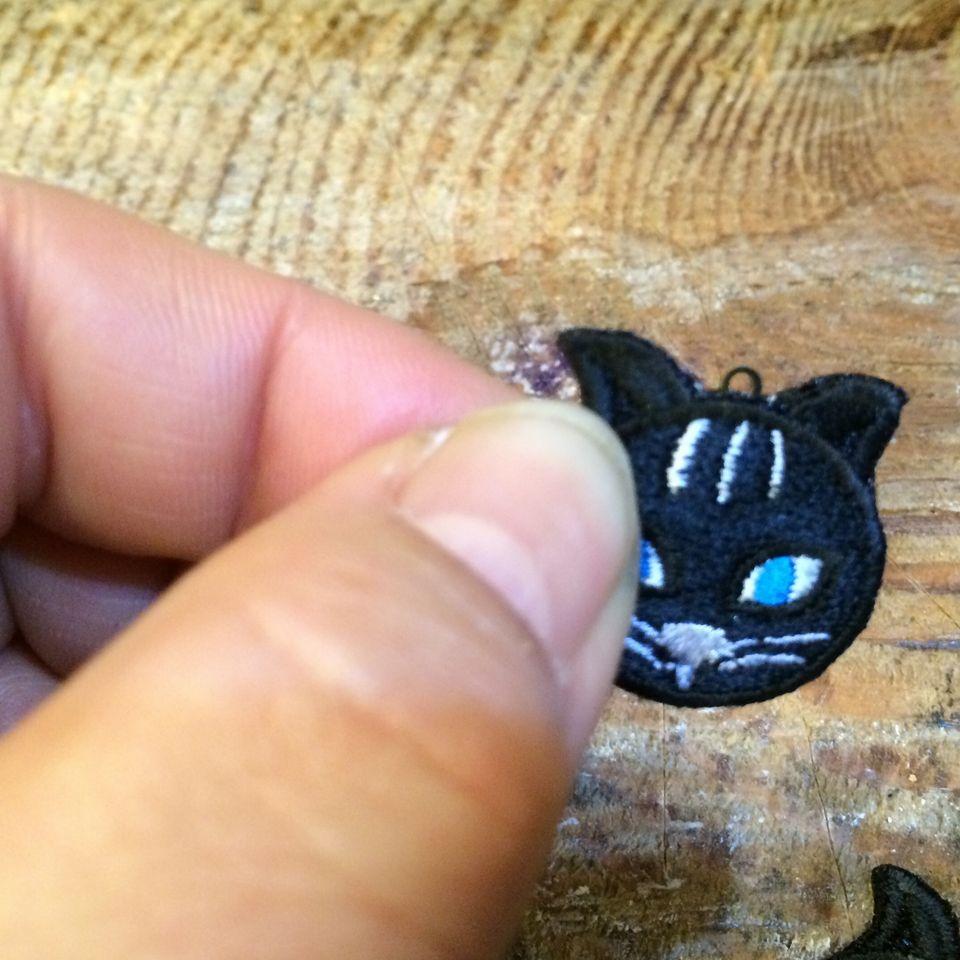 ピアスネコオーダー刺繡ハンドアップ