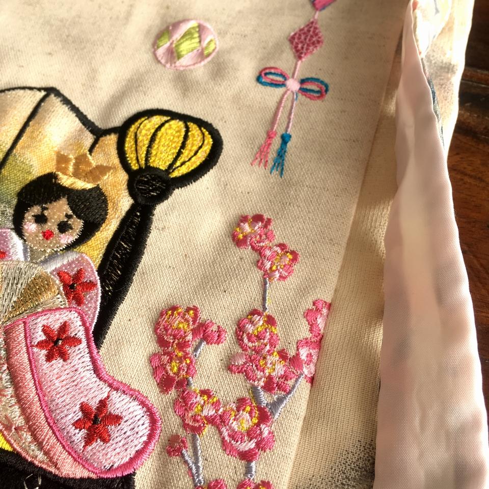 お雛様刺繍タペストリー/右桃の花サイドアップ