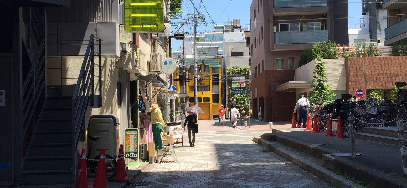 mimi刺繍がある吉祥寺のメヌイアン店頭の道路