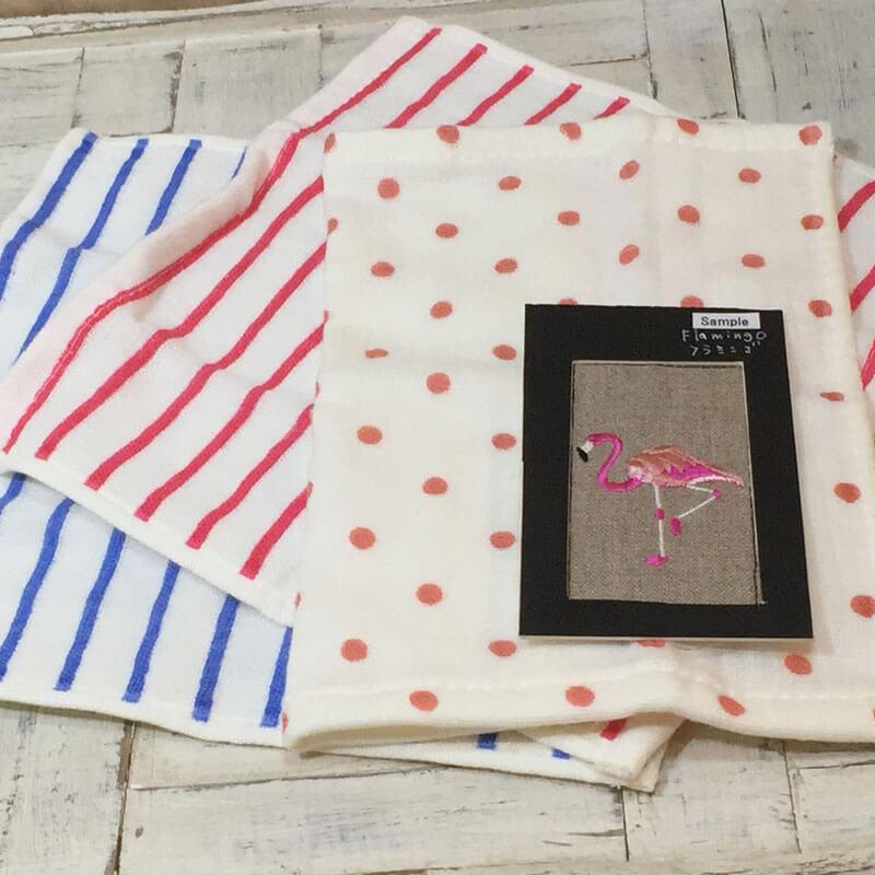 ピンクフラミンゴの刺繡図案をハンカチへ配置してみた例