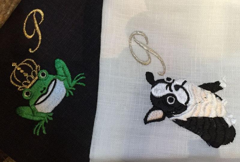 カエルの王様とフレンチブルドッグをイニシャルと一緒に刺繍したリネンのハンカチーフ