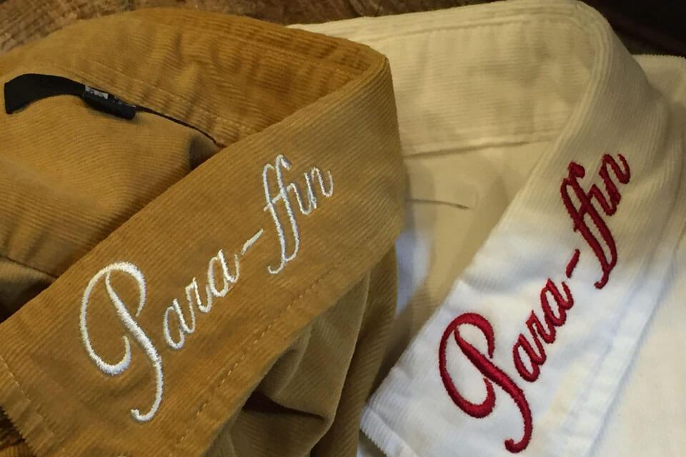 厚手のシャツの襟元に施したネーム刺繍の例