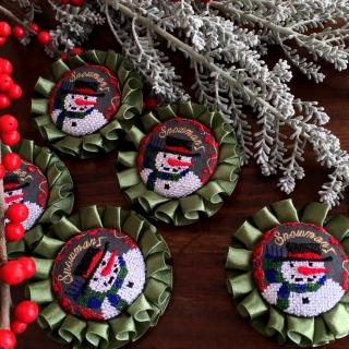 スノーマンスマイル刺繍ロゼットブローチ48赤実アップ
