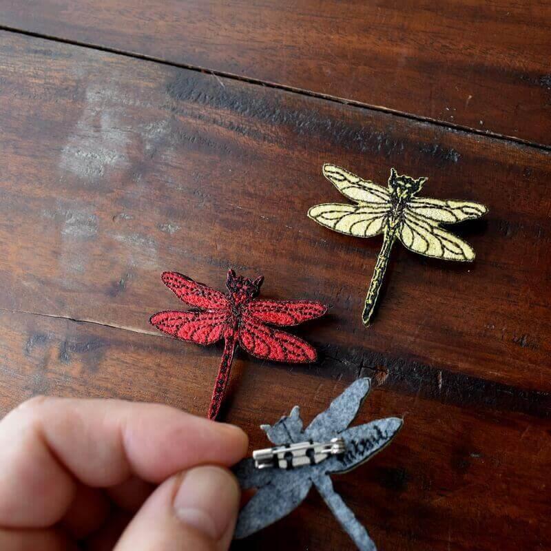 トンボ刺繍ブローチハンド