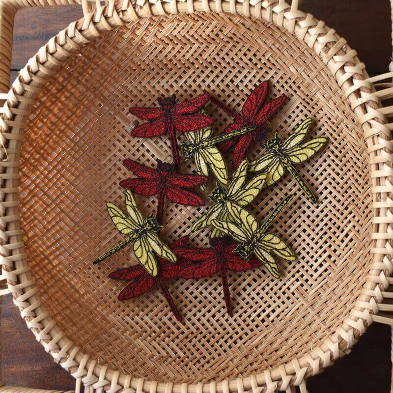 トンボ刺繍ブローチ花へ竹カゴ