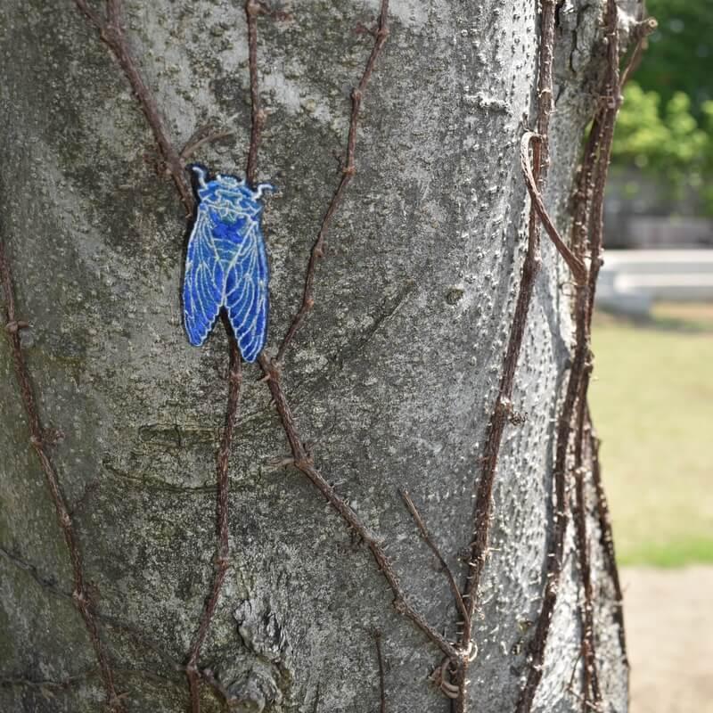 セミ刺繍ブローチ公園