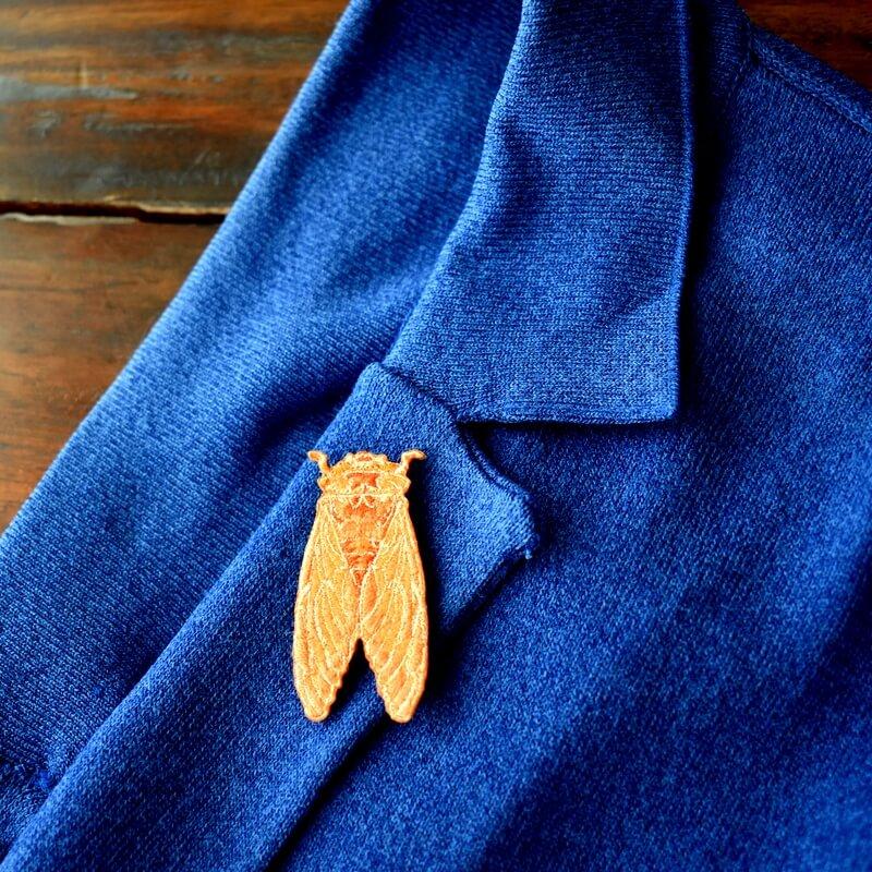 セミ刺繍ブローチ襟元