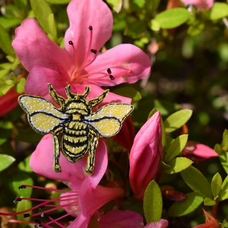 ミツバチ刺繍ブローチなは