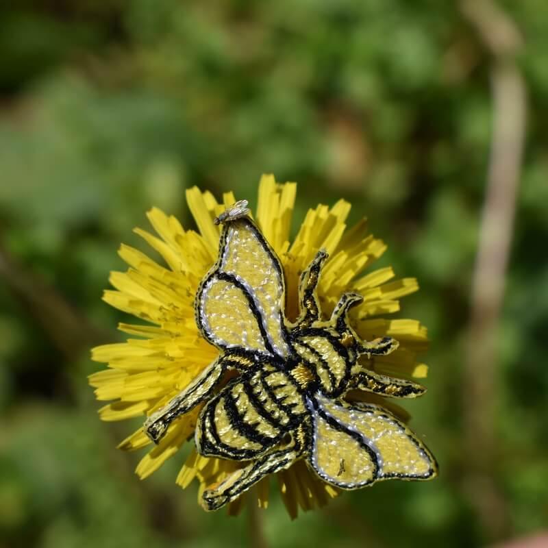 ミツバチ刺繍ブローチ花