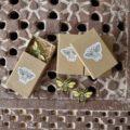 ミツバチ刺繍ブローチ箱トップ