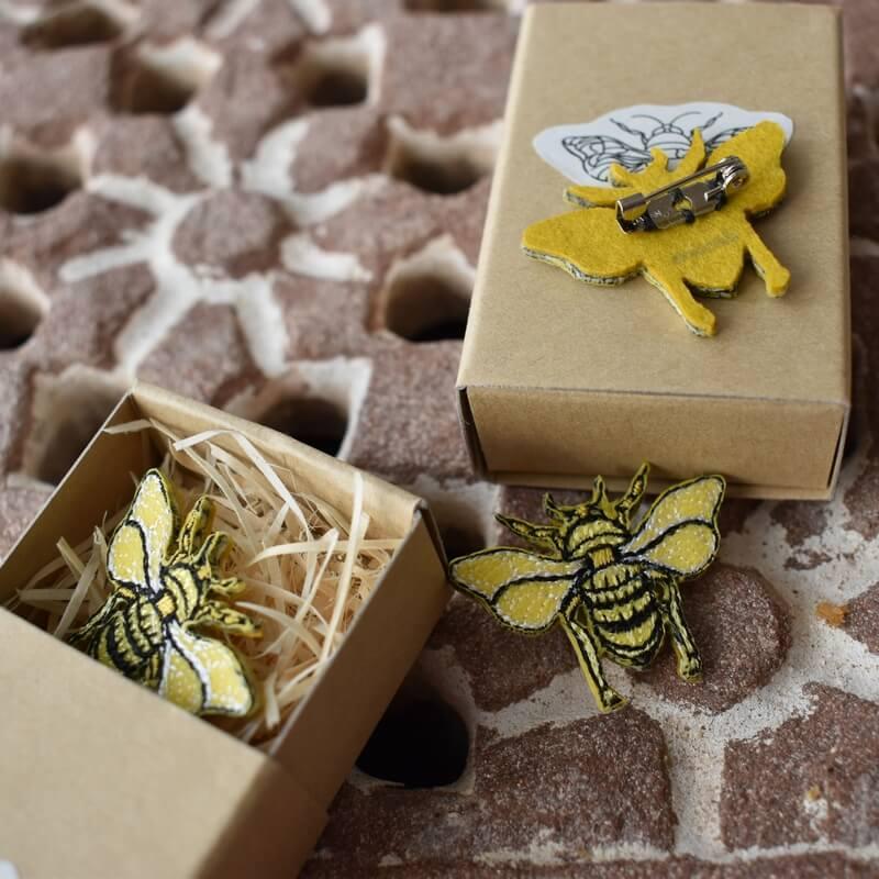 ミツバチ刺繍ブローチ箱2個アップ