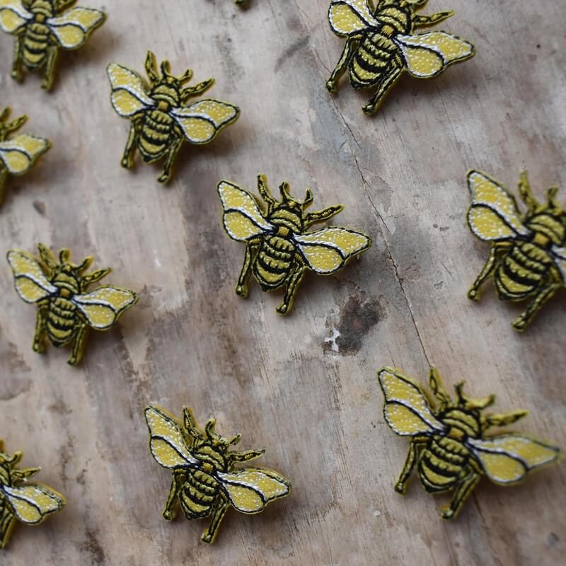 ミツバチ刺繍ブローチ飛行