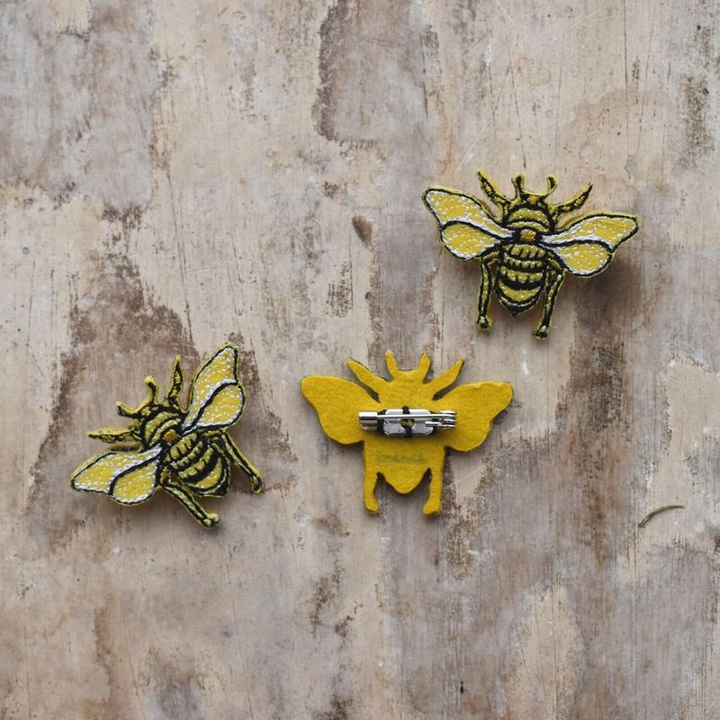 ミツバチ刺繍ブローチ背面