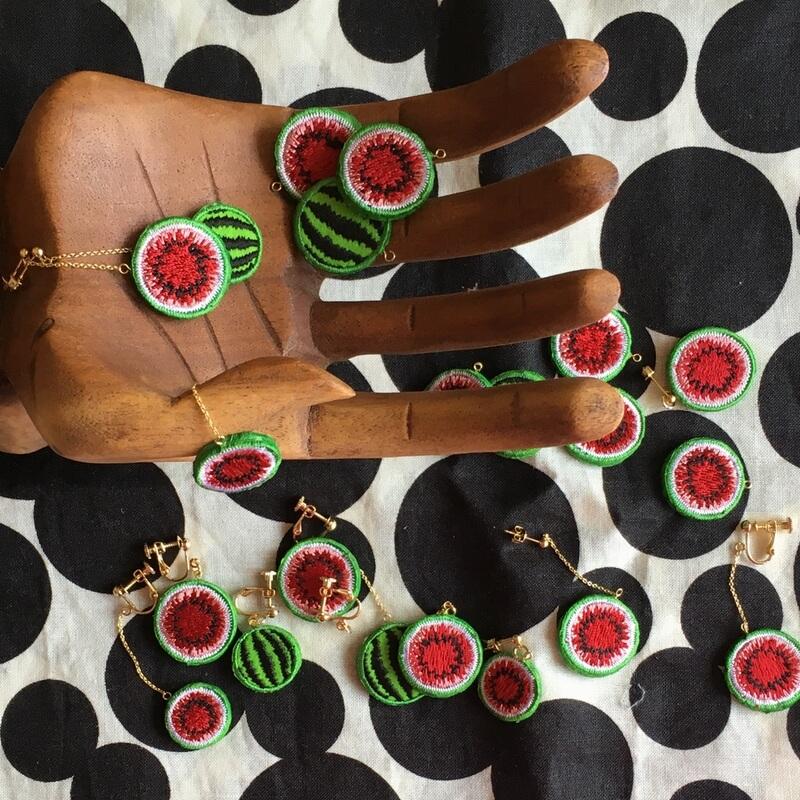 大玉・小玉スイカ刺繍アクセ木の手