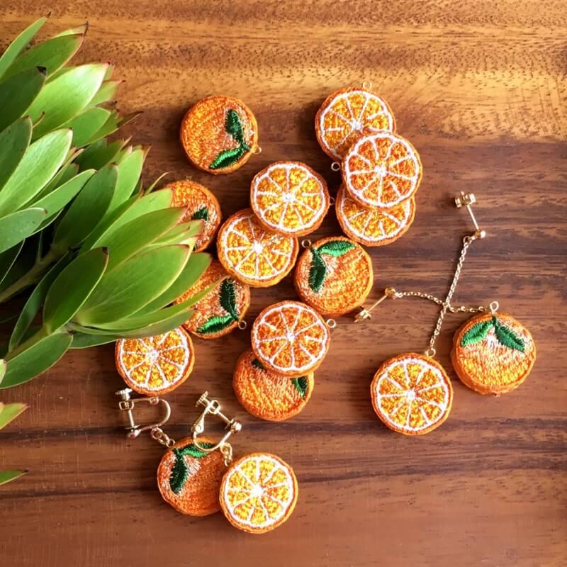 オレンジ刺繍アクセ木漏れ日