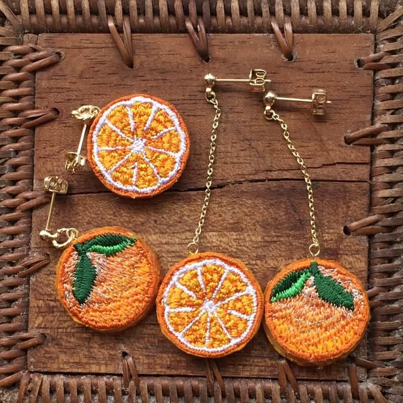 オレンジ刺繍アクセピアスアップ