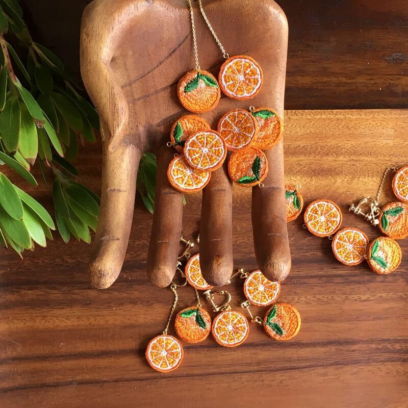 オレンジ刺繍アクセ木のハンド