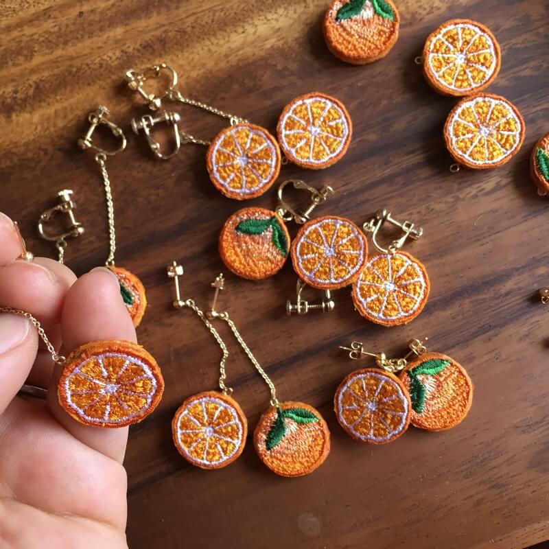 オレンジ刺繍アクセハンド