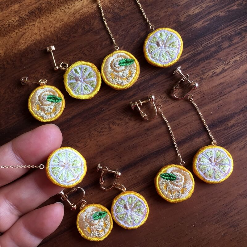 レモン刺繍アクセハンド