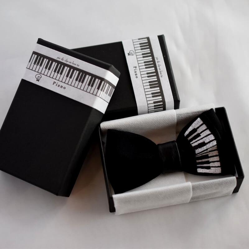 蝶ネクタイピアノ箱タイトル