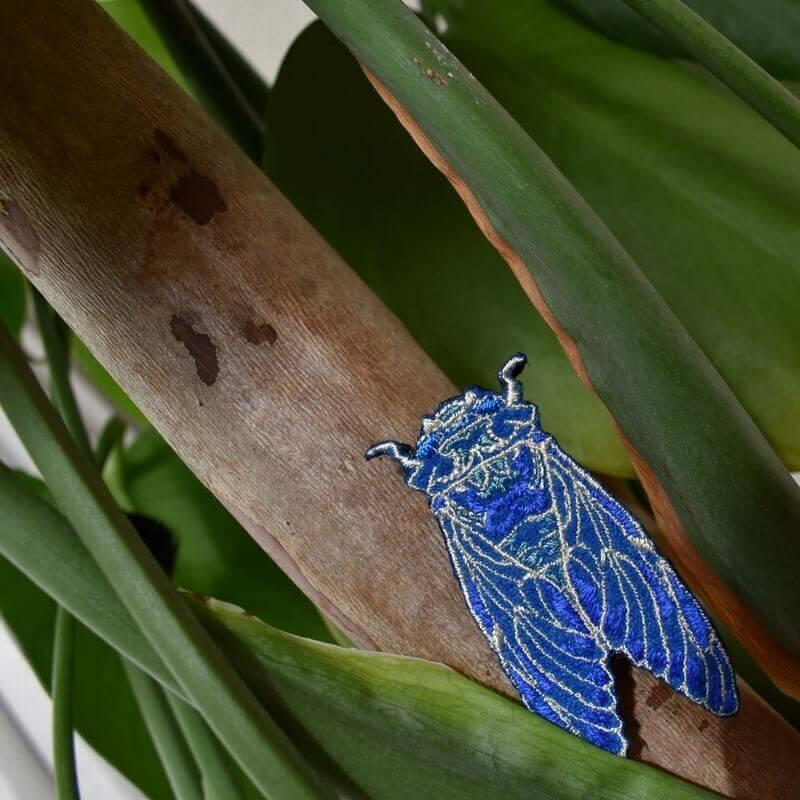 セミ刺繍ブローチ木