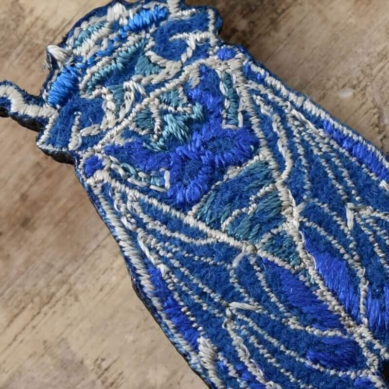 セミ刺繍ブローチアップ