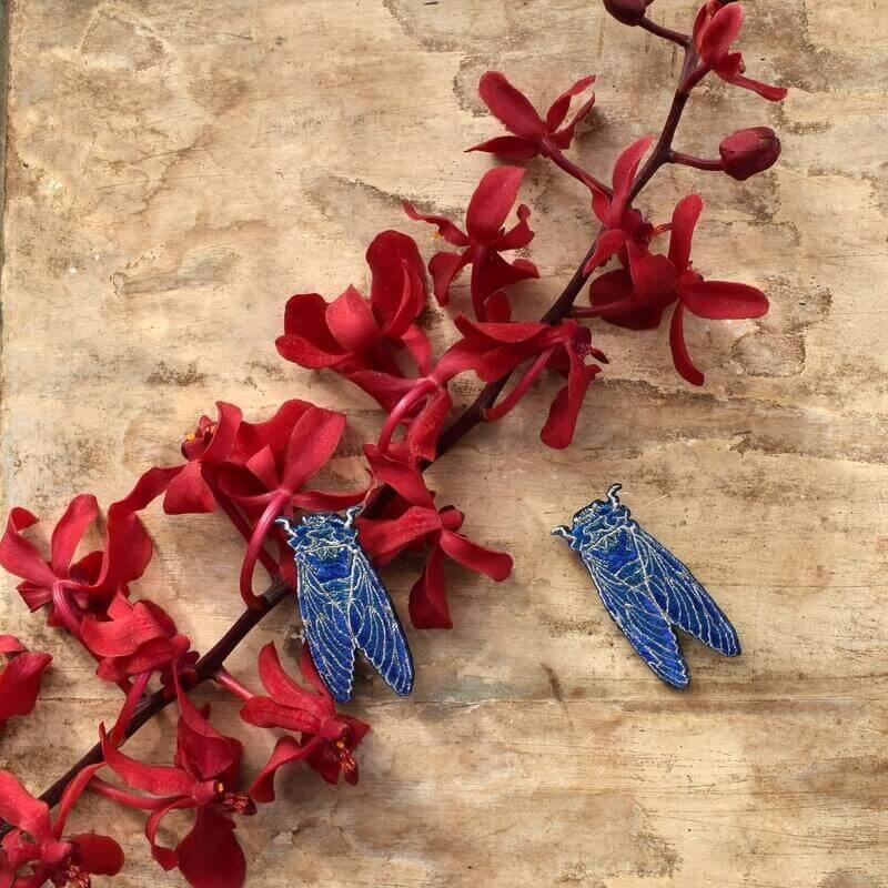 セミ刺繍ブローチ花