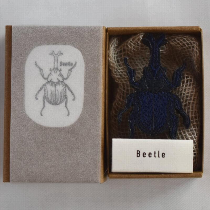 カブトムシ刺繍ブローチ箱入りアップ