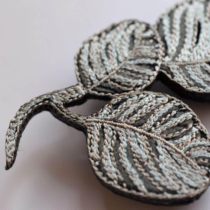 リーフ刺繍ブローチアップ