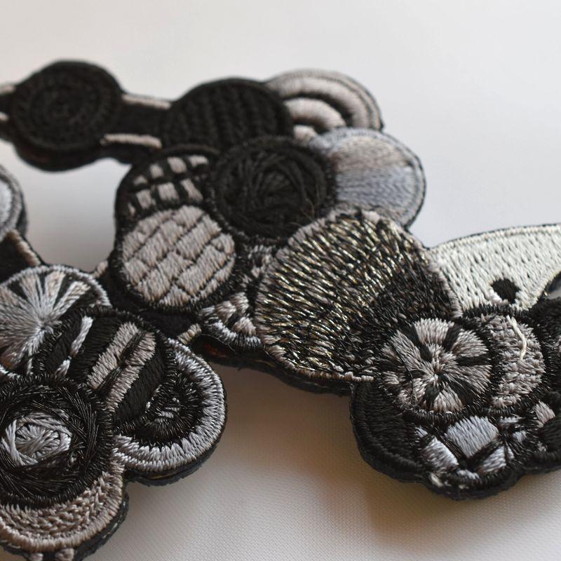 プードル刺繍ブローチブラックアップ