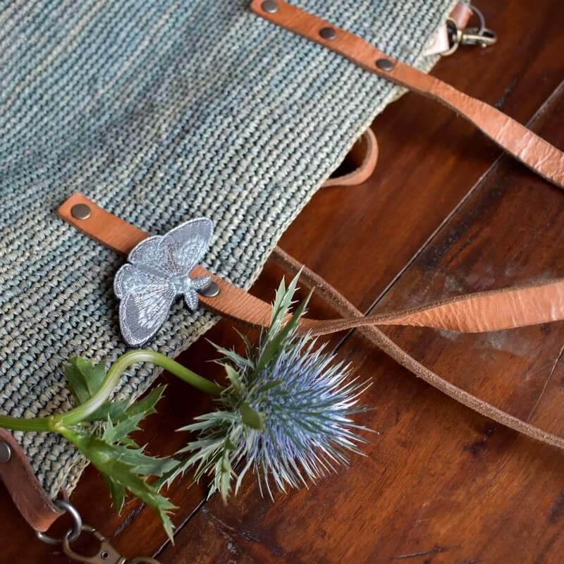蛾刺繍ブローチアザミとバック