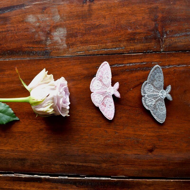 蛾刺繍ブローチバラ