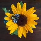 ミツバチ刺繍ブローチとひまわり