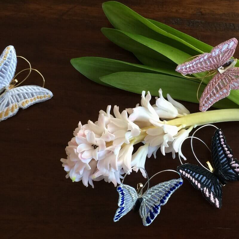 蝶々刺繍ブローチ花のまわりへ