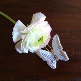 蝶々刺繍ブローチ/花に止まったWhite