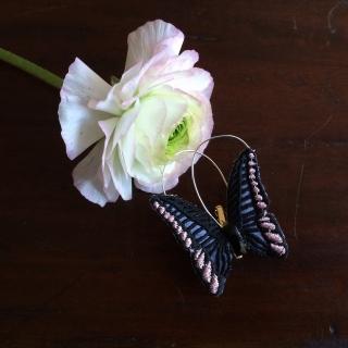 蝶々刺繍ブローチ/花に止まったBlack