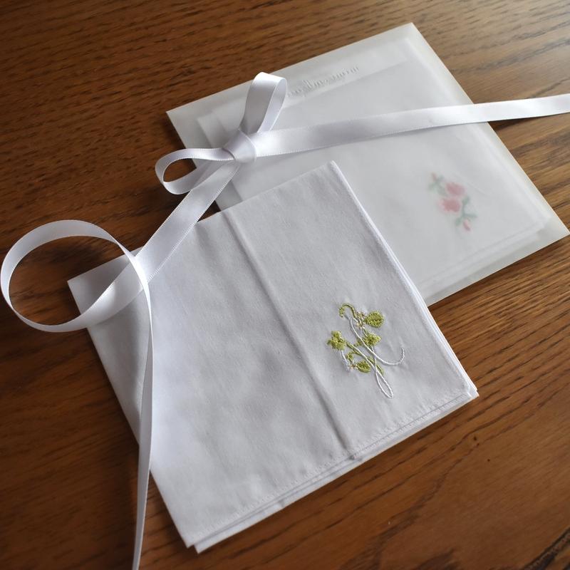 イニシャル_A_アザレア刺繍入りハンカチ2枚wrappingイメージ