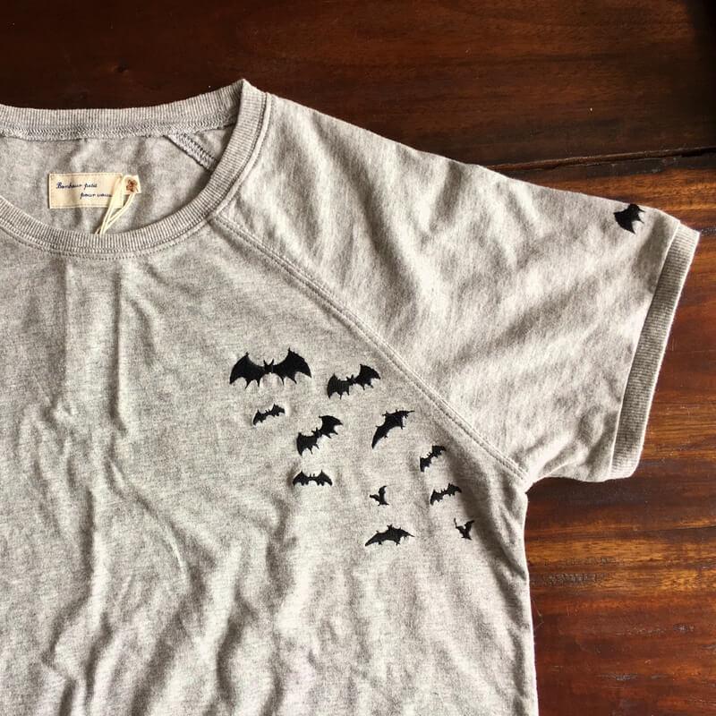 コウモリ刺繍Tシャツグレー