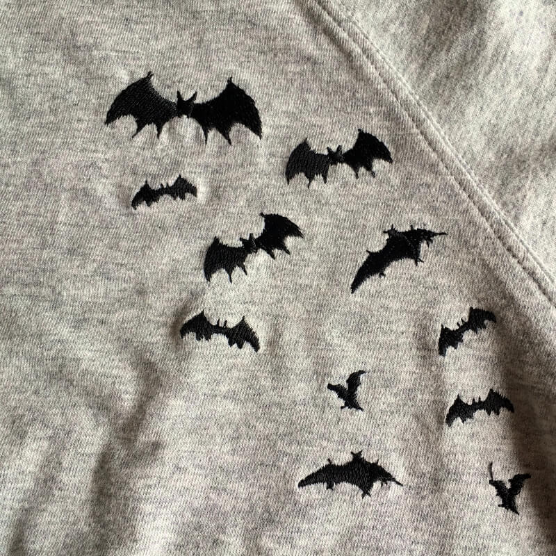 コウモリ刺繍Tシャツグレー刺繍アップ