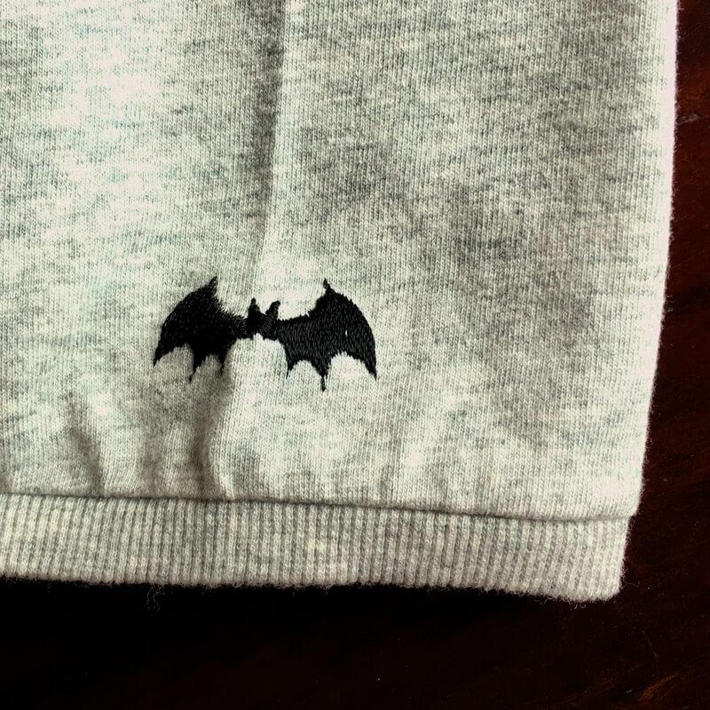コウモリ刺繍Tシャツ袖アップ