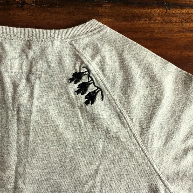 コウモリ刺繍Tシャツ肩後ろアップ