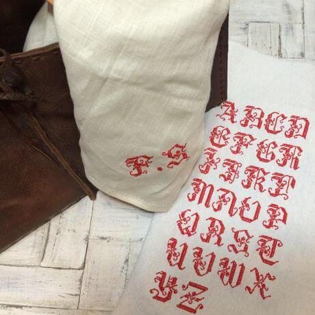 リネンハンカチ:赤糸イニシャルクロスステッチ刺繡x460