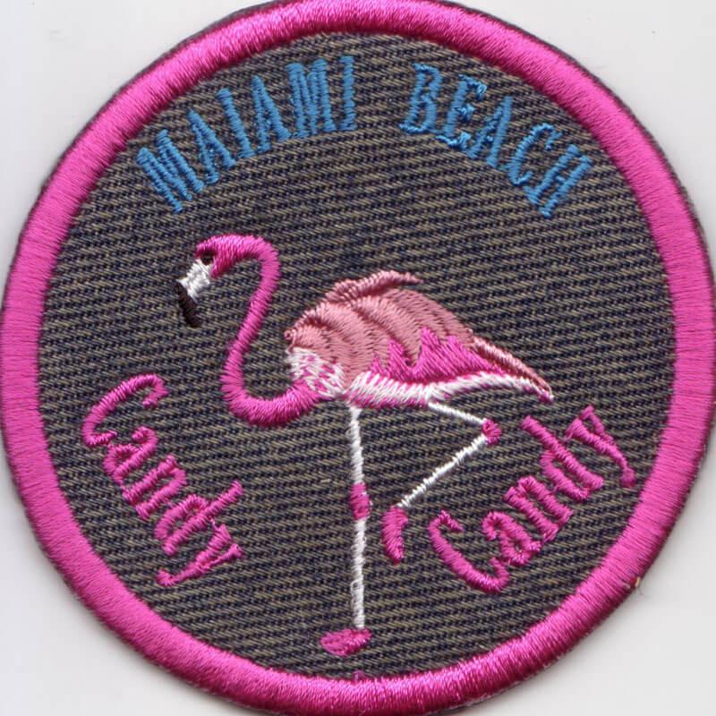 ピンクフラミンゴ刺繍図案とネーム刺繍を組み合わせて制作したオリジナルネームワッペン