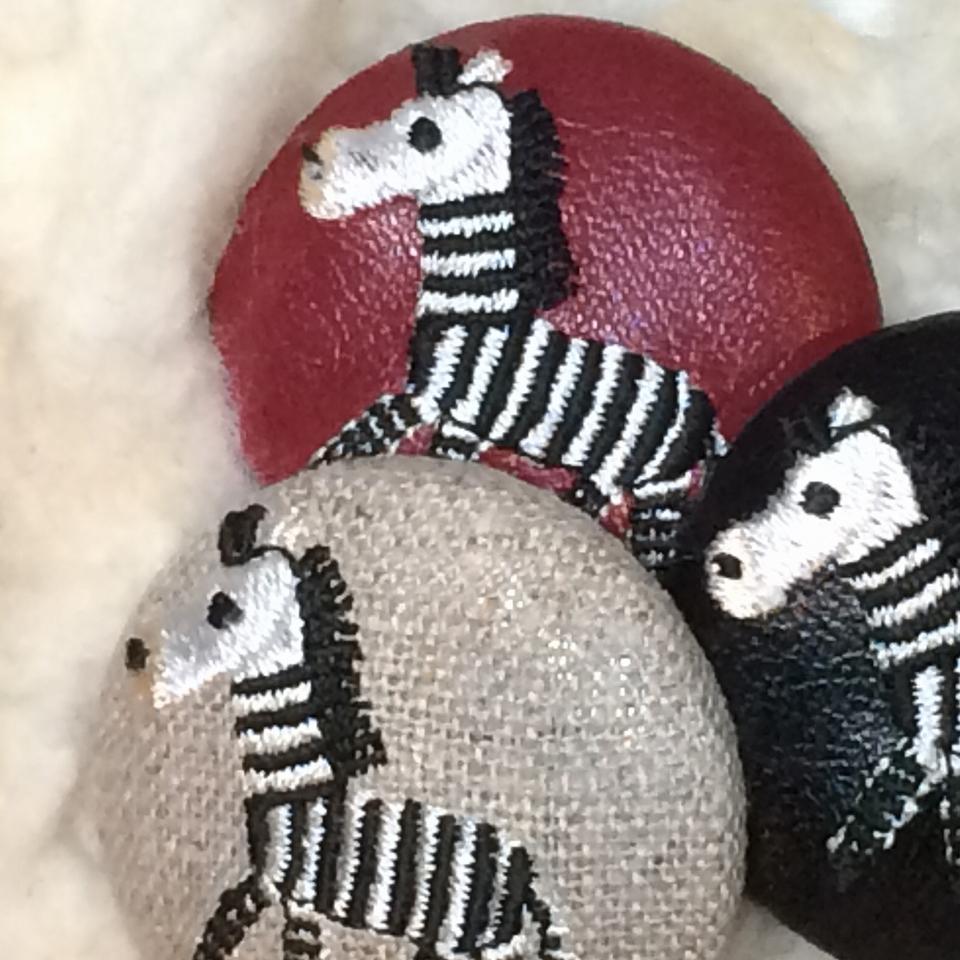 シマウマ[黒]刺繍ボタン/アップ・アイキャッチ