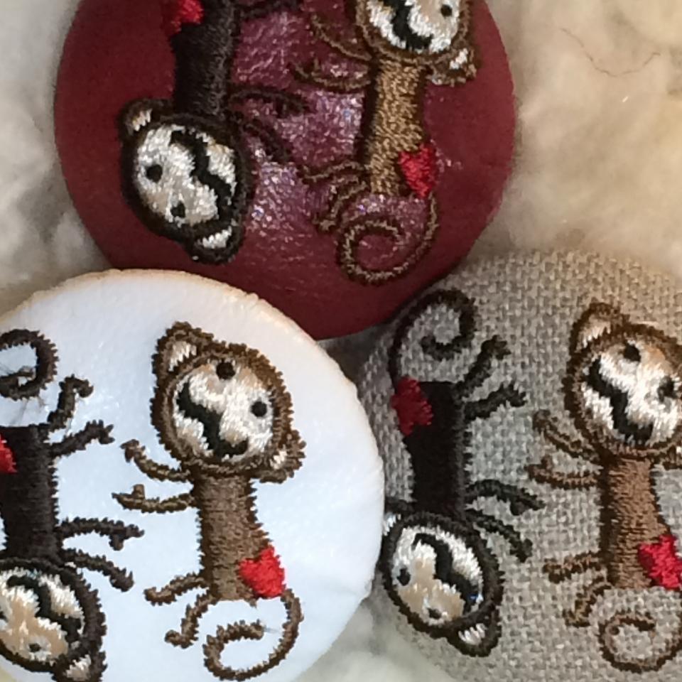 サル[茶]刺繍ボタン/3種アップ