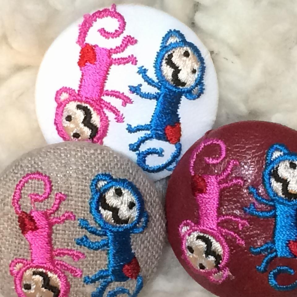 サル[ピンクxブルー]刺繍ボタン/3種アップ